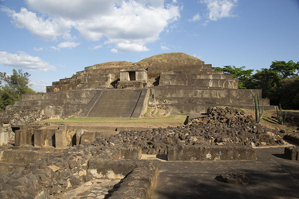 Foto de The pyramid of Tazumal seen from the top of Structure B1-2Chalchuapa - El Salvador