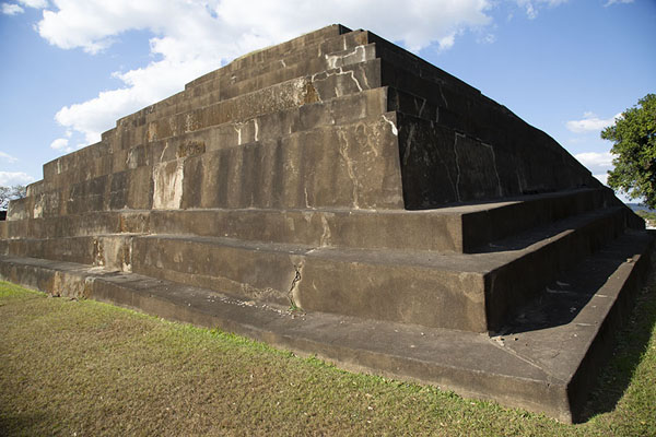 Picture of Corner view of the southeast side of the main pyramid of TazumalChalchuapa - El Salvador