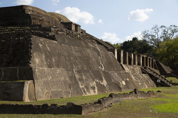 Foto de Sideview of he main structure of Tazumal: the main pyramidChalchuapa - El Salvador