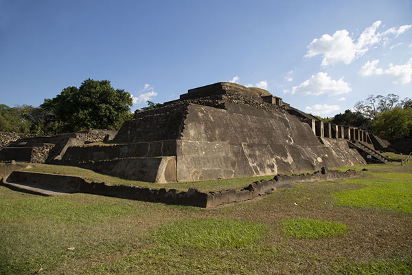 Picture of Corner view of the westside of the main pyramid of TazumalChalchuapa - El Salvador
