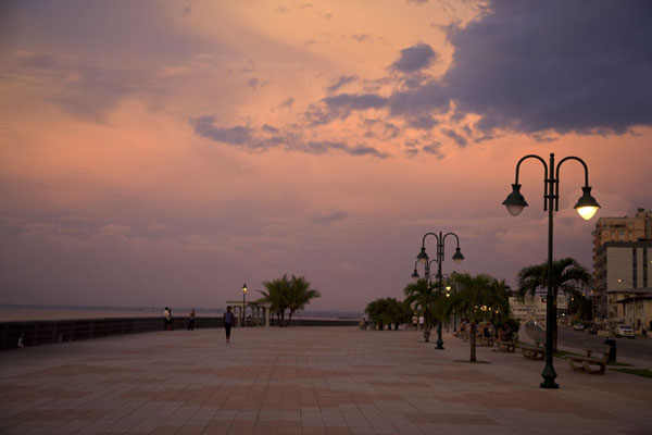 Picture of The day draws to an end on the Paseo Marítimo at Bata