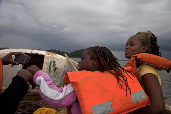 Fellow passengers on the motorboat from Cocobeach to Kogo | Kogo grensovergang | Equatoriaal-Guinea