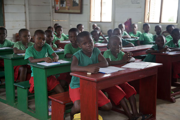 Foto di Guinea equatoriale (School kids posing for their visitor in a classroom in Kogo)
