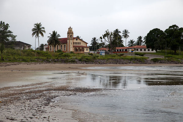 The church of Mbini with the beach at low tide - 赤道几内亚