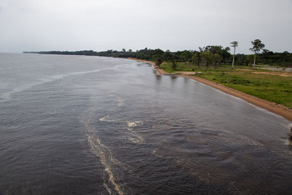Foto van Equatoriaal-Guinea (The mouth of the Benito river seen from the bridge)