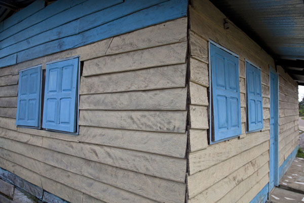 House with blue shuttered windows in Mbini - 赤道几内亚