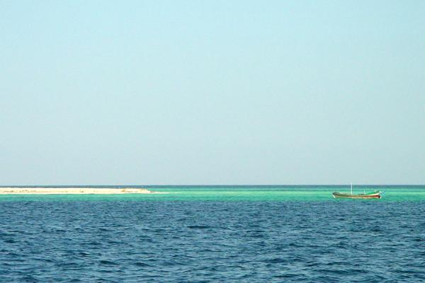 Foto de Near Madote island, nothing more than a strip of sand in the Red SeaArchipiélago de Dahlak - Eritrea