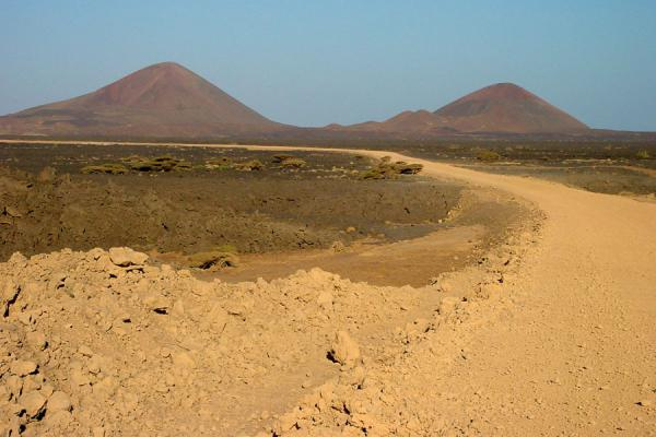 Foto de The road through the volcanic area of the Dankalia desertDankalia - Eritrea