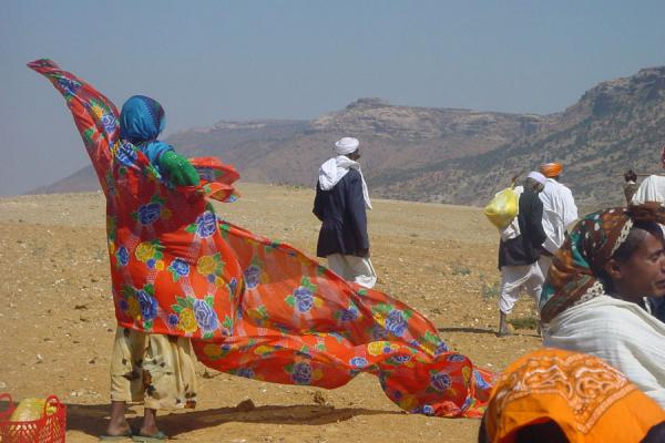 Woman covering in her dress after getting off the bus | Colores de Eritrea | Eritrea