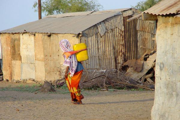 Foto di Woman carrying jerrycan - Eritrea - Africa
