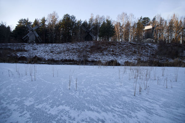 Frozen pond with windmills in the background | Musée estonien en plein air | Estonie