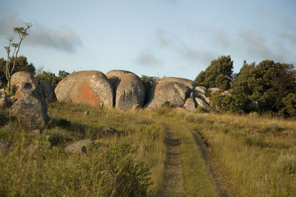 Foto van One of the bigger rock formations in Malolotja in the late afternoon - Eswatini - Afrika