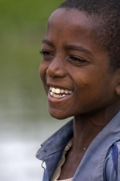 Photo de Ethiopian boy with a radiant smile at the fishmarket of AwassaAwassa - l'Ethiopie