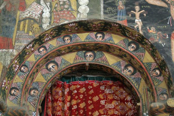 Foto di Delightfully decorated arch of Debre Birhan Selassie church - Etiopia - Africa