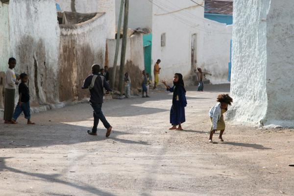 Photo de Kids playing in the streets of HararJeunes éthiopiens - l'Ethiopie