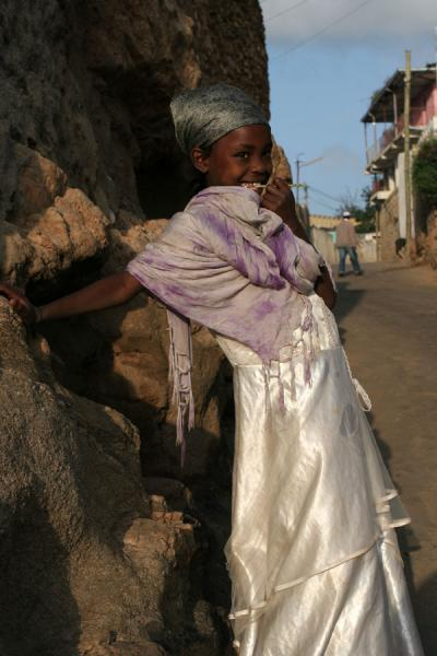 Picture of Ethiopian kids (Ethiopia): Girl from Harar posing in the early morning light