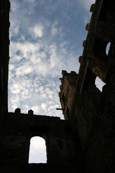 Foto van Looking up in one of the castles of GonderGonder - Ethiopië