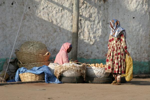 Harari women negotiating over a buy | Harar Street Scenes | Ethiopia