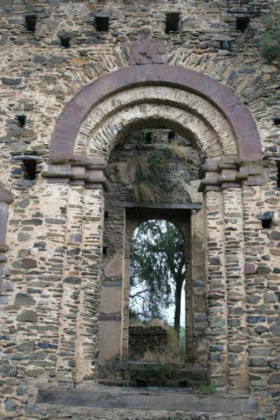 Door with arch and decoration in the ruins of Kuskuam palace | Kuskuam | Ethiopia