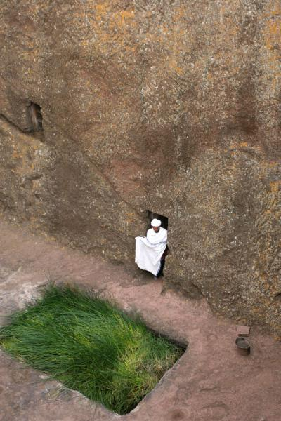Foto di Priest coming out of the rock wall of Bet GiyorgisLalibela - Etiopia