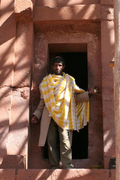 Foto di Priest in door of Bet Gebriel-RafaelLalibela - Etiopia