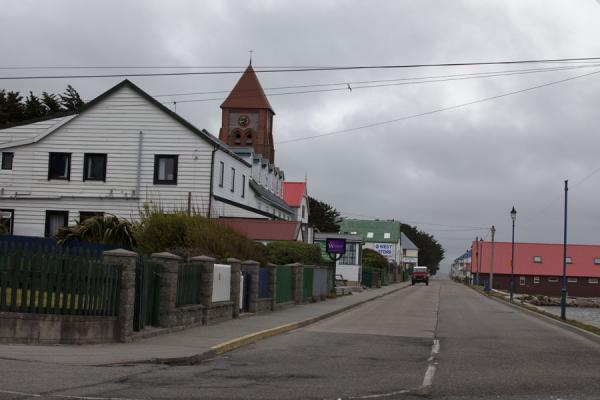 Foto di Ross Road, the main street of Stanley at the waterfrontStanley - Isole Falkland