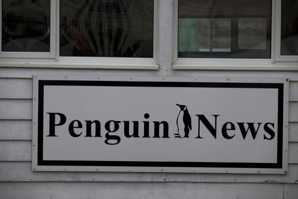 Foto di Penguin News sign on a building in StanleyStanley - Isole Falkland
