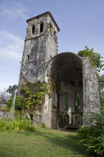 Photo de The German bell tower and remains of church in the northern part of KoloniaKolonia - Etats Fédérés de Micronésie