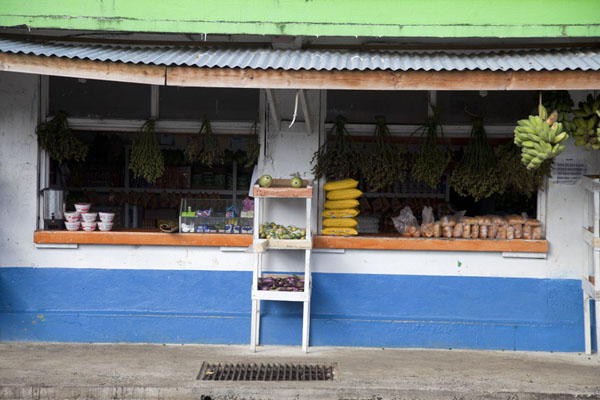 Foto van Many shops in Kolonia have strings of sakau for saleKolonia - Federale Staten van Micronesia