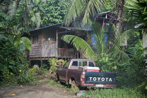 Foto van House and car in KoloniaKolonia - Federale Staten van Micronesia