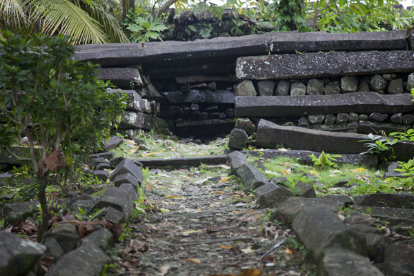 Path leading up to the main construction within the Nan Douwas building | Nan Madol | Federale Staten van Micronesia