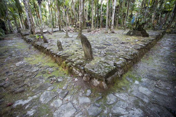 Picture of Okeu stone money bank (Federated States of Micronesia): Platform with stone backrests at Okeu stone money bank