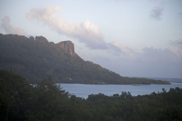 Foto van Early morning view of Sokehs rock from KoloniaSokehs rock - Federale Staten van Micronesia