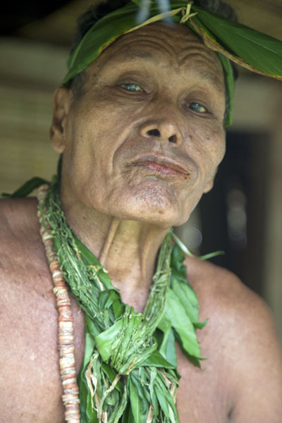 Village chief of Tamil with traditional decorations around his head | Tamil village | Etats Fédérés de Micronésie