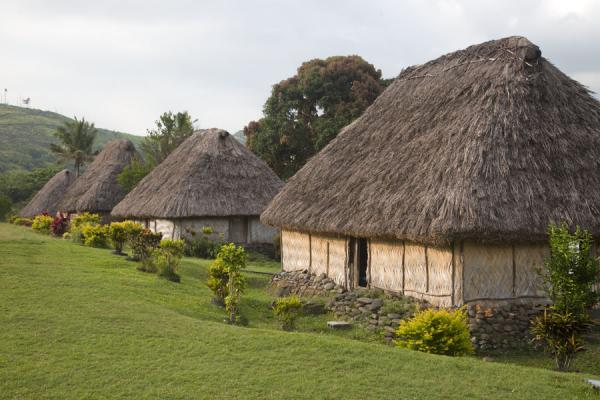 Photo de Thatched roof bure of Navala in a row - Fidji - Océanie
