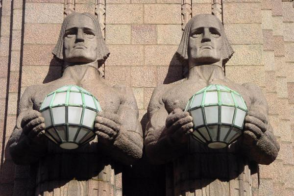 Foto de Typical lanterns at the exterior of Helsinki central stationEstación de Helsinki - Finlandia