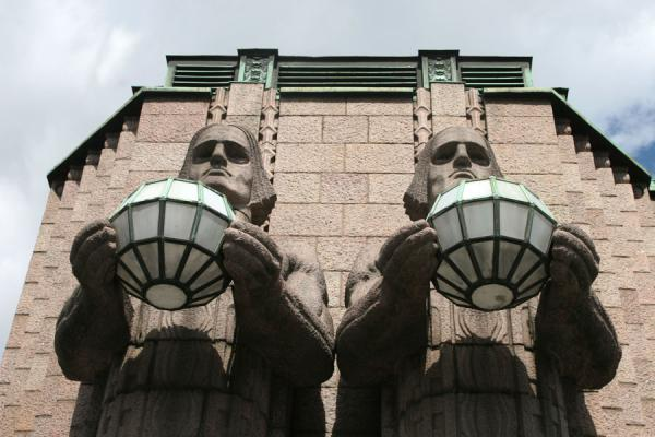 Foto de Gigantic men carrying lanterns or globes outside the stationEstación de Helsinki - Finlandia
