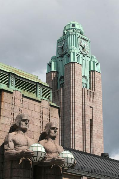 Foto de Clock tower and statues define the railway station of HelsinkiEstación de Helsinki - Finlandia