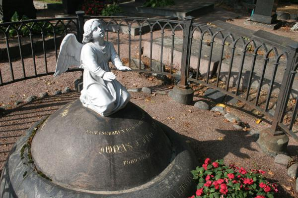 Statue of angel on top of a tomb | Hietaniemi Cemetery | Finland