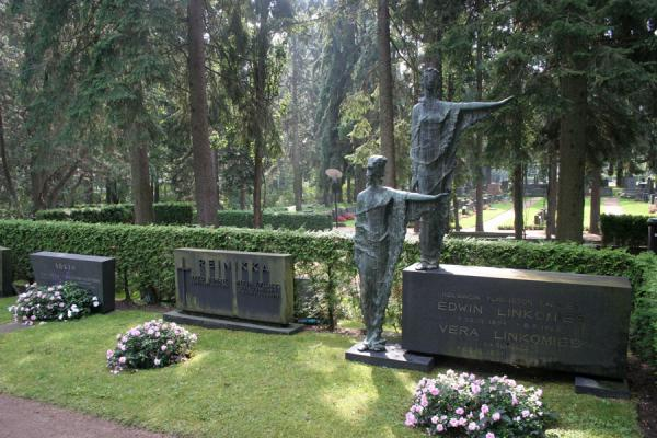Picture of Hietaniemi Cemetery (Finland): Statues and tomb at Hietaniemi Cemetery