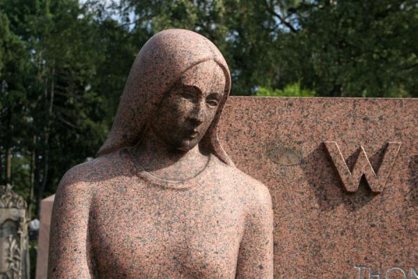 Foto de Detail of sculpture at tombstone in Hietaniemi CemeteryCementerio Hietaniemi - Finlandia