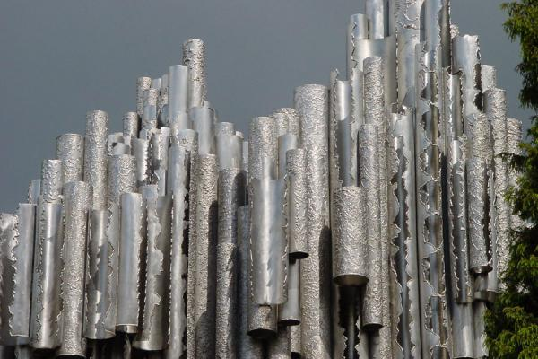 Foto de Sibelius Monument with a grey sky in the backgroundMonumento de Sibelio - Finlandia