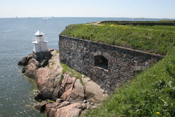 Lighthouse at the southernmost end of Kustaanmiekka island | Suomenlinna | Finland