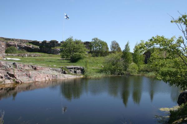 Picture of Suomenlinna (Finland): Kustaanmiekka landscape: pond and Suomenlinna fortress