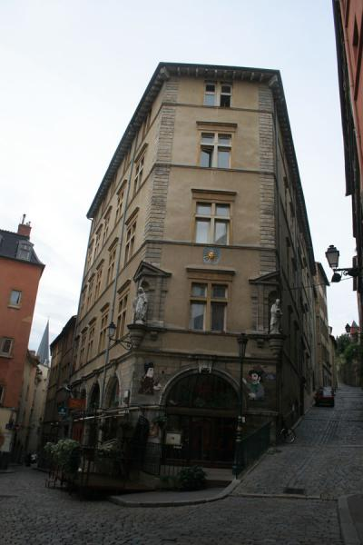Typical house on the corner in the old city of Lyon | Ciudad Antigua de Lyon | Francia