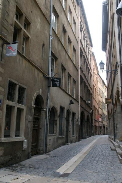 Typical narrow street in the old city of Lyon | Ciudad Antigua de Lyon | Francia
