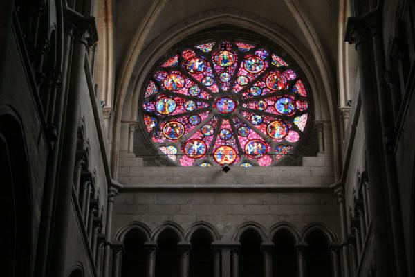 Foto de Enormous rose window in Saint Jean cathedralLyon - Francia