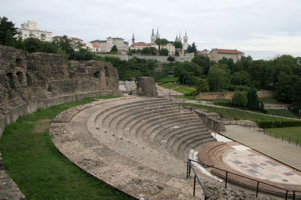 Foto de Part of one of the Roman theatres with Notre Dame de Fourvière basilica in the backgroundLyon - Francia
