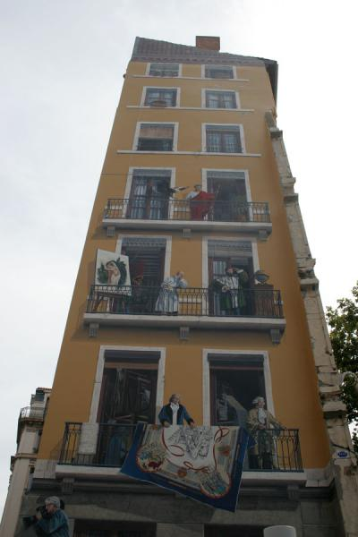 The sidewall of the buildling with famous Lyonnais people | Lyon arte público | Francia