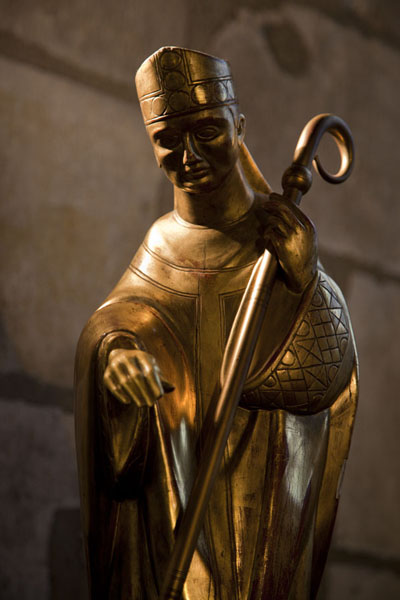 Foto de Small gold-coloured statue in the Notre DameCatedral de Notre Dame - Francia